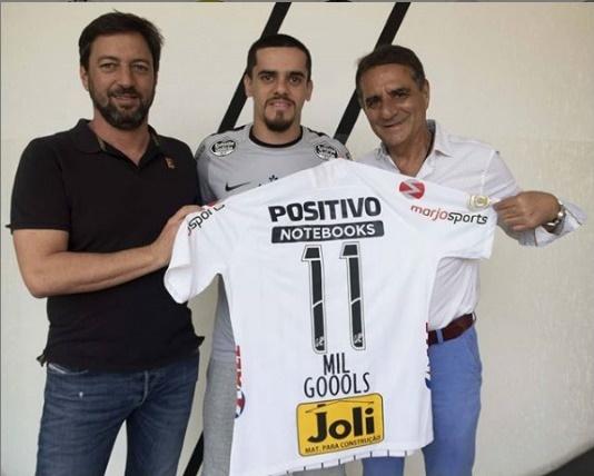 Fagner recebe homenagem do Corinthians por marcar gol 11 mil da história do clube