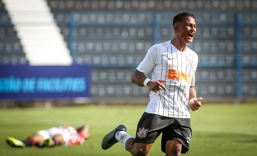 Clube renova contrato com Léo Pereira até 2023