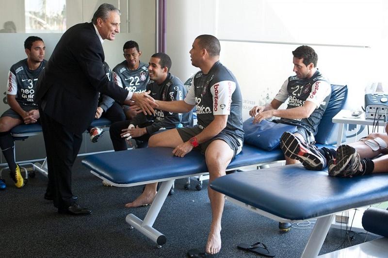 Novo técnico Tite sendo apresentado aos jogadores em 2010  (Foto: © Daniel Augusto Jr. /Fotoarena/Ag.Corinthians)