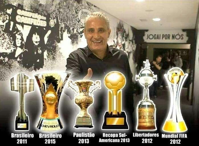 Tite e seus troféus pelo Corinthians (Foto Imagem Reprodução Facebook)