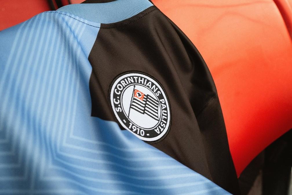 O escudo da camisa é o mesmo usado pelo Corinthians entre 1919 e 1939 - Fotos da nova camisa 3 do Corinthians — Foto: Divulgação Nike
