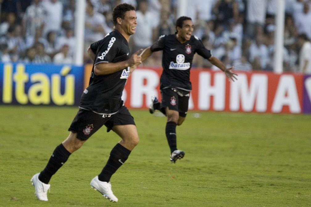 Ronaldo comemora gol marcado pelo Corinthians contra o Santos — Foto: Daniel Augusto Jr / Ag Corinthians