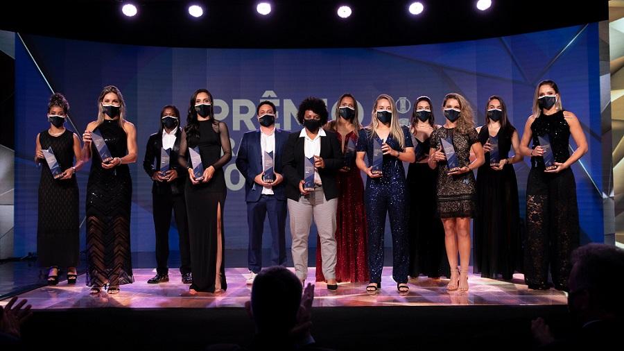 om apresentação da jornalista Bárbara Coelho, o Prêmio Brasileirão 2020 consagrou os melhores do campeonato nacional, tanto no masculino quanto no feminino. Foto: Lucas Figueiredo CBF