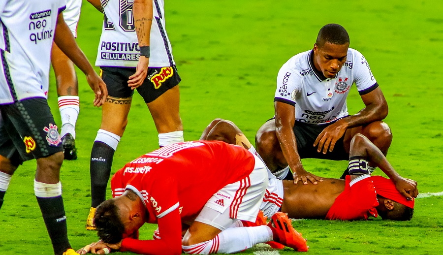 PORTO ALEGRE, BRAZIL  FEBRUARY 25: Players of Internacional lament after realizing they lost the championship after the match between Internacional and Corinthians as part of Brasileirao Series A 2020 at Beira Rio Stadium on  February 25, 2021 in Porto Alegre, Brazil. (Photo by Silvio Avila/Getty Images)