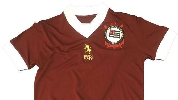 Camisa usada pelo Corinthians em homenagem às vítimas do acidente aéreo com a equipe do Torino, em 1949.